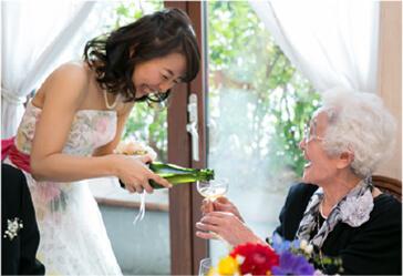 祖母にお酌する新婦