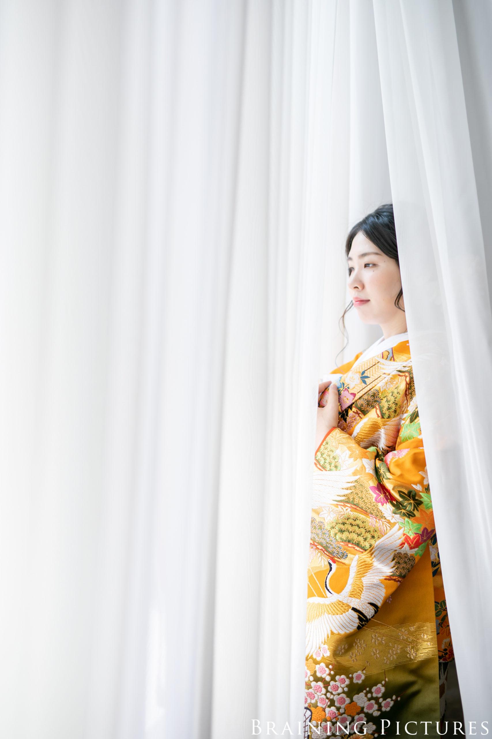 長楽館にて窓を見る女性が一人
